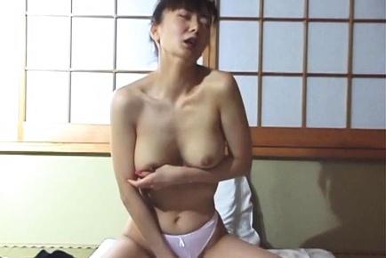 Hot Japanese milf, Maria Yuuki solo masturbation is exposed